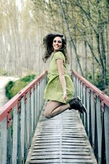 Mujer feliz pasándolo bien en un puente