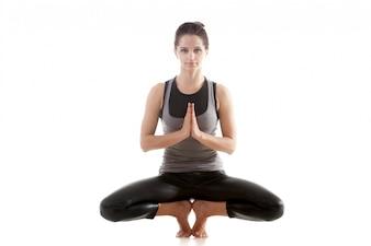 Mujer flexible haciendo ejercicios de equilibrio