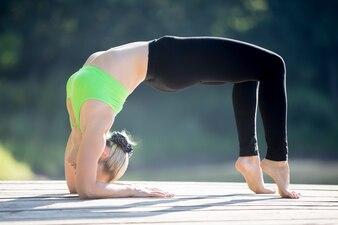 Mujer flexible haciendo la postura del puente