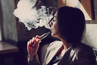 Mujer fumando vapor