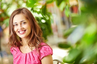 Mujer glamourosa con una gran sonrisa