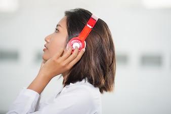 Mujer grave en los auriculares escuchando música