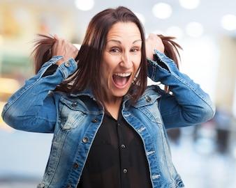 Mujer gritando y tirando de sus pelos