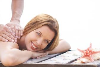 Mujer guapa recibiendo un masaje