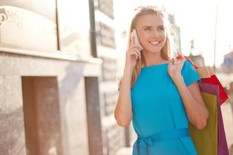 Mujer hablando por teléfono mientras camina