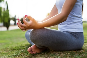 Mujer haciendo yoga en un parque
