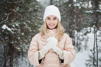 Mujer joven caliente hasta la palma
