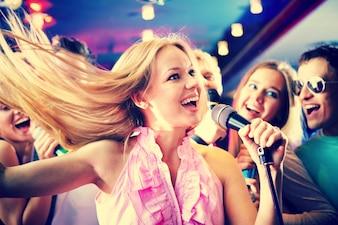 Mujer joven cantando en una fiesta