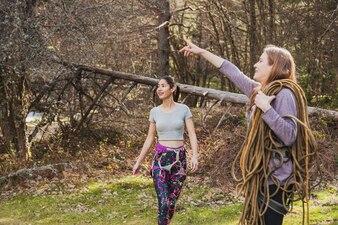 Mujer joven con cuerdas señalando algo
