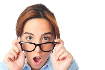 Mujer joven con los vidrios negros que parece sorprendido
