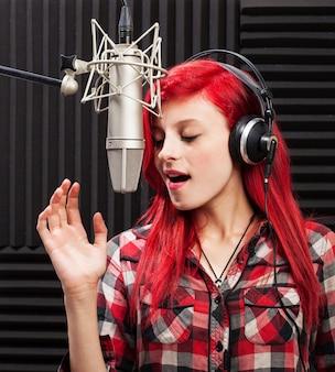 Mujer joven concentrada cantando