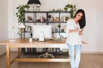 Mujer joven concentrada en su oficina moderna