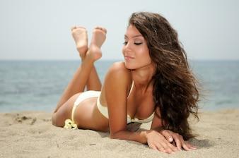Mujer joven disfrutando de los rayos de sol