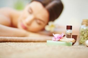 Mujer joven disfrutando de un tratamiento de belleza