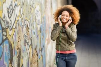 Mujer joven disfrutando la música