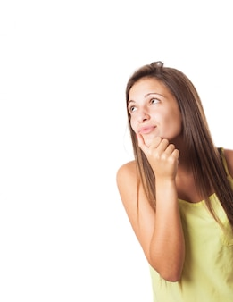 Mujer joven encantadora soñando y mirando hacia arriba