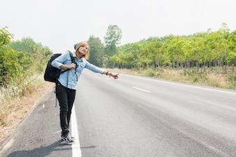 Mujer joven esperando a un coche