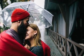 Mujer joven paraguas ropa de temporada