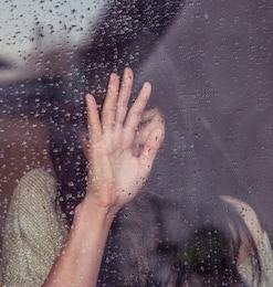 Mujer joven triste y una gotas de lluvia