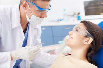 Mujer joven visitando al dentista