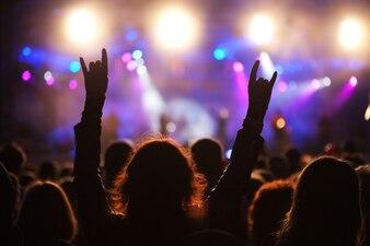 Mujer levantando las manos en una fiesta