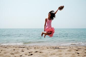 Mujer llena de energía en la playa