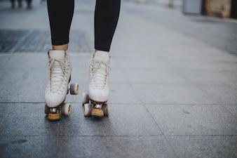 Mujer, llevando, rollerskates, posición, pavimento
