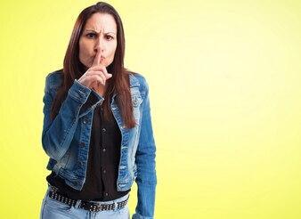 Mujer mandando a callar