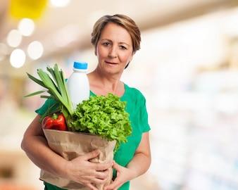 Mujer mayor con la bolsa de la compra