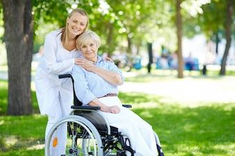 Mujer mayor con su cuidadora al aire libre