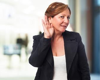 Mujer mayor haciendo que no escucha