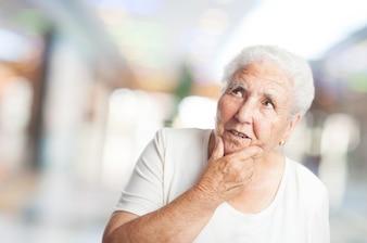 Mujer mayor pensando en un centro comercial