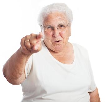 Mujer mayor señalando hacia el frente