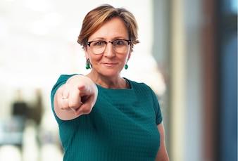 Mujer mayor señalando