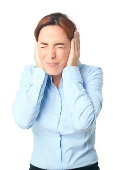 Mujer molesta debido a un ruido