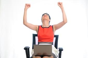 Mujer orgullosa con los puños para arriba