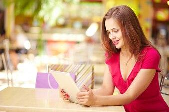 Mujer pasando el rato con la tablet