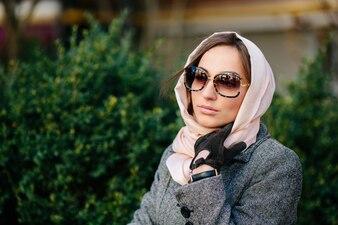 Mujer pensativa con un pañuelo alrededor de la cabeza