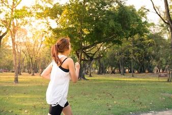 Mujer personas bosque actividad física