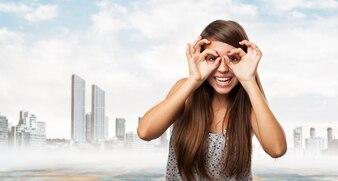 Mujer poniéndose gafas con las manos