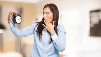 Mujer preocupada cubriendo su boca