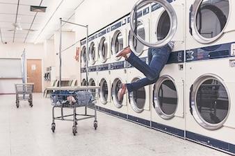 Mujer preocupada en la lavandería
