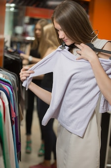 Mujer probándose una camiseta