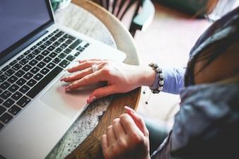 Mujer que trabaja en su computadora portátil