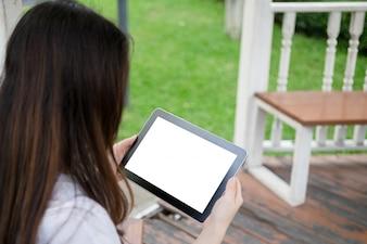 Mujer que usa la tableta