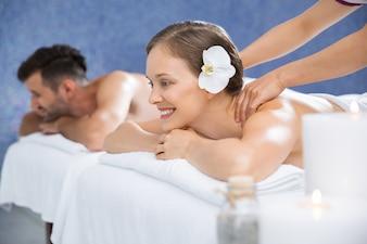Mujer recibiendo un masaje en la espalda