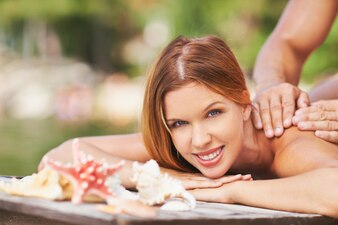 Mujer relajada recibiendo su masaje