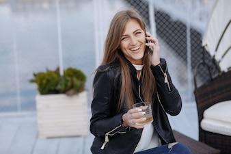 Mujer riendo y hablando por teléfono