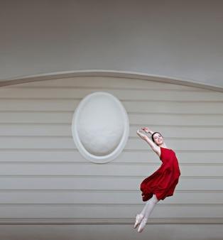 Mujer saltando con un vestido rojo