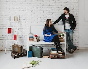 Mujer sentada en un banco mientras un hombre la mira
